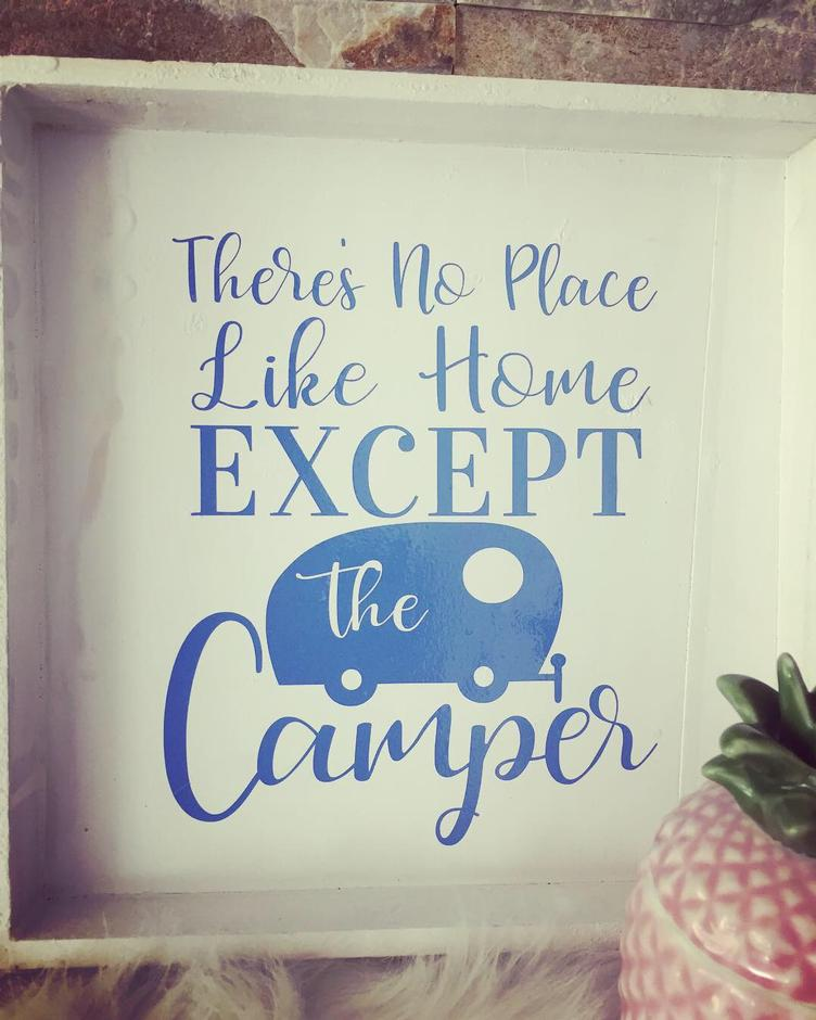 Camping-Holzschild mit Spruch `THERE`S NO PLACE LIKE HOME EXCEPT THE CAMPER`