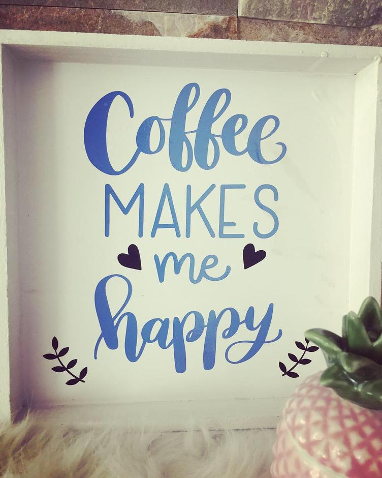 Holzschild mit Spruch `COFFEE MAKES ME HAPPY`