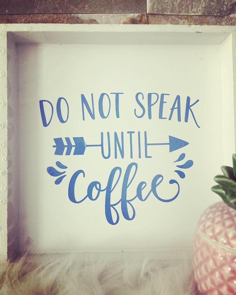 Holzschild mit Spruch `DO NOT SPEAK UNTIL COFFEE`